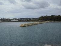 丸尾漁港 左側の波止の写真