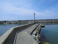 惣郷の港 港内中央の内波止 の写真