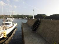 特牛漁港 短い波止の写真