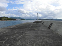 小串漁港 沖側堤防・先端付近の写真