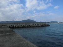 恒見の切れ波止 左側の護岸の写真