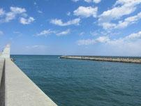 稲童漁港 対岸側の波止の写真