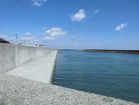 稲童漁港 河川沿いの護岸の写真