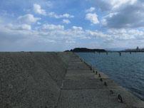 苅田赤灯台 波止 付け根付近の写真
