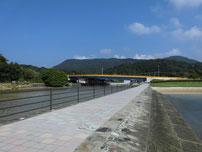 阿川海水浴場 右端の河川