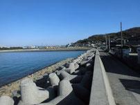 刈屋漁港 漁港横の護岸 の写真