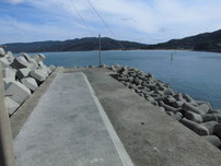 川尻漁港 左側の波止先端付近の写真