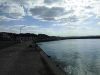 岩屋漁港 港内奥の護岸 の写真