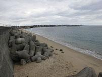 床波漁港 右横砂浜 の写真