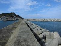 川尻漁港 正面の波止の写真