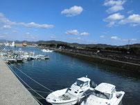 花香漁港 河川の流れ込みの写真