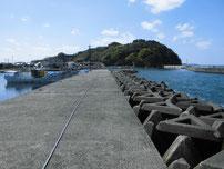 大井浦漁港 右側の波止の写真