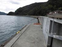 小島港 奥側の護岸の写真