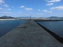 大海漁港 右側の波止の写真