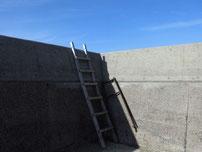 刈屋漁港 護岸の梯子の写真