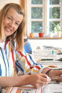 Ina Bartels-Hafner, Inhaberin von - Sterne überall - aus Hamburg-Bramfeld mit einem gebundene Blütenkranz