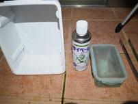 白い箱とサイベーレエアゾールと捕まえたムカデの写真