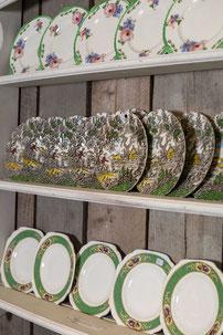 Gezellige snuffelen op een markt naar Brocante uit Engeland