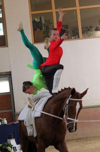 """Ausdrucksstark in der Kür: """"Captain Hook"""" Nina Kamp und """"Peter Pan"""" Rebekka Hänisch auf Dainty Dancer. Foto: Katharina Wilken"""