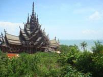 Unter den zahlreichen Watt (Tempel) ist The Sanctuary of Truth der wohl Auffälligste.Es ist das höchste Teakholzbauwerk derWelt.(mehr auf der Seite Dieses und Jenes)