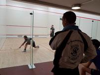 Heiko beobachtet das Spiel der 1: Mustafa gegen Sebastian Budendorf