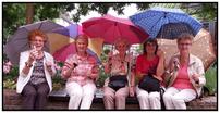 Setzen Sie sich mit Ihrem Wein auf die Bänke, die der Ahrweiler Marktplatz Ihnen anbietet.