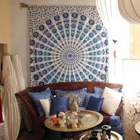 Mandala Sitzecke mit Wandtuch in weiß blau