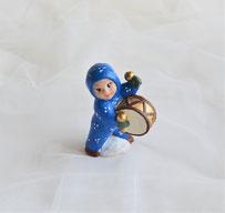 Schneebaby aus Keramik blau mit Trommel