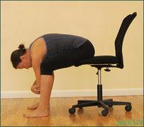 椅子に座り坐骨神経痛 ストレッチ方法
