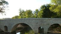 A 1000 km de Saint-Jacques de Compostelle, le pont d'Artigues guide le pèlerin d'une rive à l'autre. Situé sur un méandre de l'Osse, entre Beaumont et Larressingle, son histoire est mal connue.  Si le pont, tel qu'il existe aujourd'hui, est vraisemblablem
