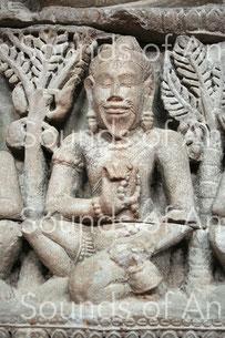 Ascète dans la forêt portant une cloche à main. Fragment de fronton. Style du Bayon. Grès. Fin XIIe – déb. XIIIe. Musée National du Cambodge. Ref. 1692.