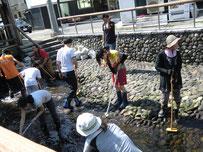 地域の方たちと河川清掃。