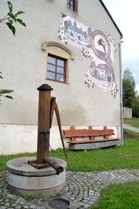 Hinter dem Erbgericht Kändlergiebel, Heimatvereinsbank und Schwengelpumpe