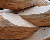 Naturstammhaus - Baumstammhaus - Jede Eckverkämmung und Kreuzecke wird in der Halle oder auf der Baustelle einzeln eingearbeitet