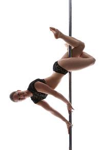 """Stefanie Riehle beim Pole Dance Trick """"mantis"""""""