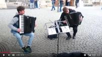Strassenmusik in Leipzig mit 2 Akkordeons