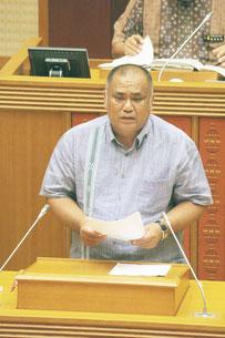 砂川氏は翁長氏の政治姿勢を強く批判した=30日午前、県議会