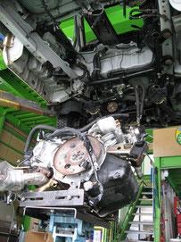イトウ自動車、店内、エンジン乗せ換え中