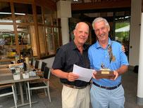Roland Hofmann gratuliert dem neuen und alten Clubmeister