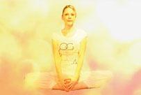 Yogaübung Schmetterling: Im Sitzen Fußsohlen aneinanderlegen und Füße nah an Schritt ziehen
