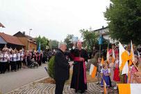 Bischof Rudolf Vorderholzer wird von der Pfarrgemeinde herzlich empfangen.