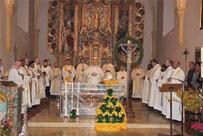 Dekan Richard Meier (Mitte) feierte den Abschlussgottesdienst mit den Priestern des Dekanats Cham.