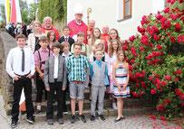 Die Firmlinge aus Ast mit Weihbischof Dr. Josef Graf, Stadtpfarrer Häupl, Pfarrer Arnold und Diakon Eiber.