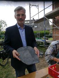 Christoph Uhe präsentiert eine der alten Dachschindeln mit der Gravur der St. Venantiuskapelle
