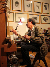 Sigfrido Oliva all'opera nel suo atelier