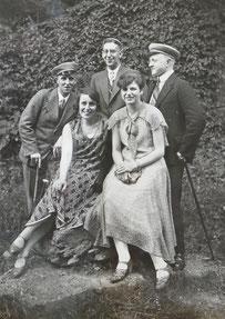 Hans Menges (links) als Burschenschaftler mit seiner späteren Frau Erika (vorne rechts)