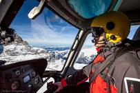 Helikopterflug in den Alpen