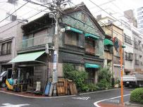銅板葺きの店舗と台秤