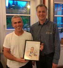 Torsten Riegler überreicht Richy als Dankeschön für sein jahrzehntelanges Engagement eine Karikatur