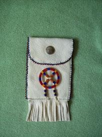 Lederbeutel aus Hirschleder mit Perlenverzierung und Medizinrad (quillwork)